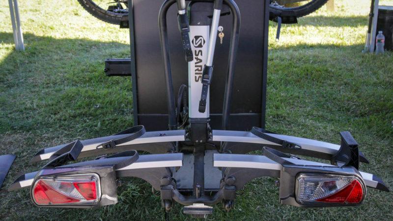 Motoriseret Saris Door County cykelstativ er lettere at laste tunge cykler plus ny 4-i-1 gennemgående akseladapter
