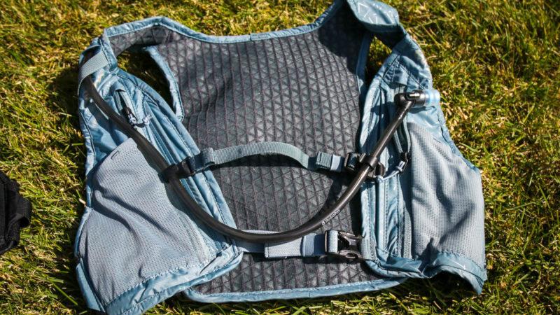 Die EVOC Hydro Pro Hydration Vest trägt Wasser und das Nötigste, ohne dich zu beschweren