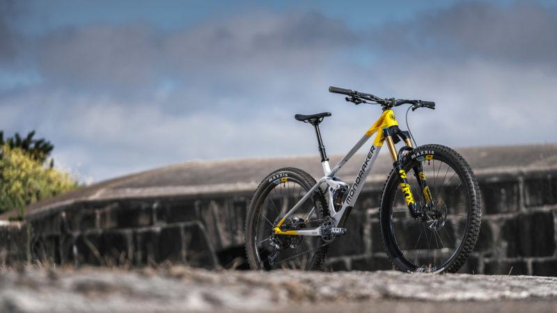 Mondraker Raze 130mm travel do-it-all Trail Bike מצויד בטלמטריית MIND