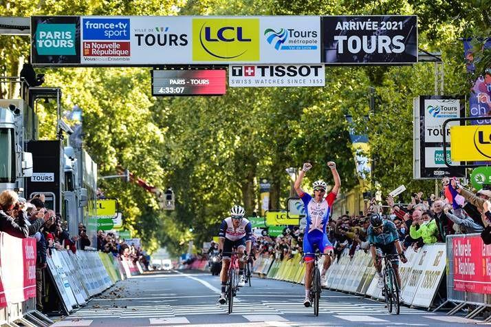 Arnaud Démare wins Paris-Tours 2021